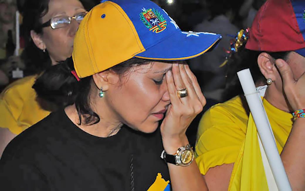 MIA500- MIAMI (FL, EEUU), 15/04/2013.- Una seguidora del candidato de la oposiciÛn a la Presidencia de Venezuela, Henrique Capriles, se lamenta por la derrota de Capriles hoy, lunes 15 de abril de 2013, en Miami, Florida (EEUU). Capriles asegurÛ en Caracas que no reconocer· los resultados en las elecciones presidenciales, que dieron la victoria al candidato chavista, Nicol·s Maduro, a quien considera el perdedor de los comicios. EFE/Antoni BelchiAntoni Belchi DescripciÛn: Venezolanos en Doral reciben con tristeza los resultados de las elecciones en Venezuela donde el candidato Nicol·s Maduro ha recibido el 50,66% de los votos, seg˙n el Consejo Nacional Electoral